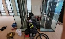 신사동 투명 유리 엘리베이터청소